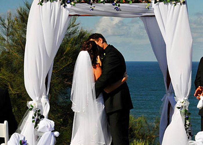 Традиции еврейской свадьбы почитаются и по сей день.