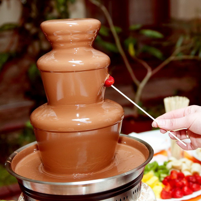 Настоящий шоколадный фонтан станет роскошным подарком для всей семьи!